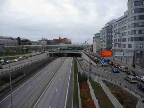Götatunnelns norra rör i öst-västlig riktning avstängt för köbildning. Tur då att politikernas löften om Södra älvstrandens tillgänglighet för göteborgarna inte uppfylldes, utan att trafikleden ligger kvar ovanpå för bilar, bussar och spårvagnar. Tunnel för människorna att vandra i under staden blir nästa stora galenpanneprojekt? Från Göta älvbron lördag 19 oktober 2013 kl 17:14.