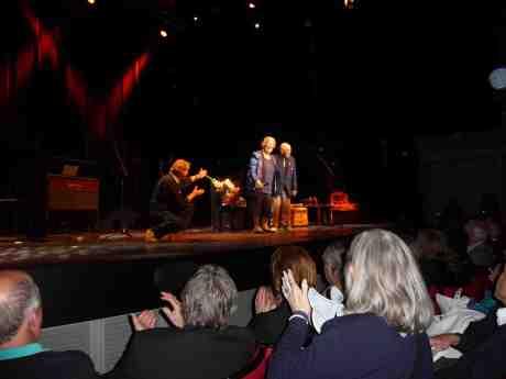 Harry Persson hyllas dagen innan sin 90-årsdag av fru Marianne och knäfallande Tomas von Brömssen. Lorensbergsteatern onsdag 2 okteober 2013 kl 21:05.