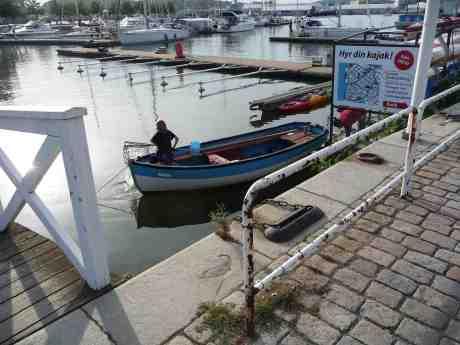 Håvfiskare i Lilla Bommens gästhamn. Onsdag 7 augusti 2013 kl 18:30.