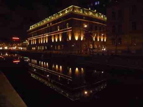 Som ett Dogepalats i Venedig speglar sig Hotel Post i Fattighusån. Lördag 23 november 2013 kl 17:57.