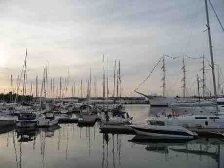 IF-båt lotsas varsamt in i Lilla Bommens gästhamn. Fredag 26 juli 2013 kl 20:10.