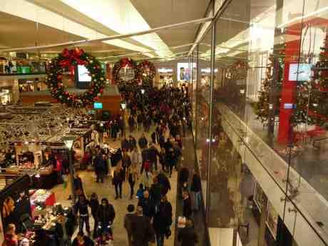 Julhandelsspurt i Nordstan. Måndag 23 december 2013 kl 15:43.