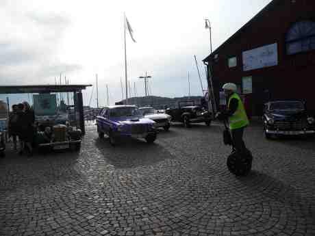 Unga Segway svänger elegant om på två hjul med med fyrhjulsgamlingarna MG, Volvo & Ford. Lilla Bommens Torg onsdag 7 augusti 2013 kl 18:37