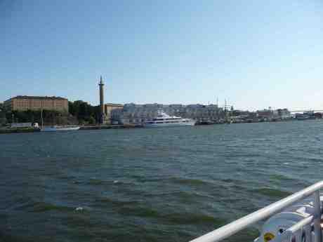 Sjömanstornet Kampanilen och besökande skepp vid Amerikaskjulet. Fredag 5 juli 2013 kl 18:13.