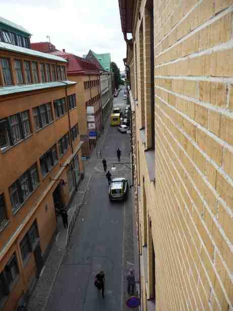 Ambulanser och poliser på lilla fredliga Kronhusgatan. Onsdag 4 september 2013 kl 15:02.