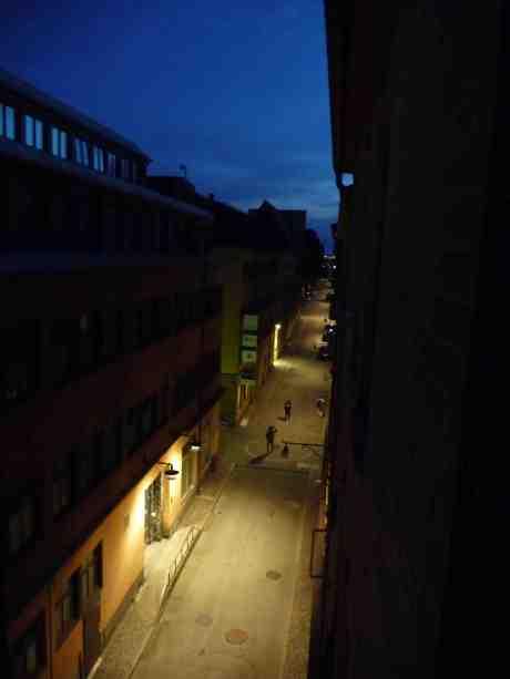 Kvällsvandrare på Kronhusgatan. Måndag 29 juli 2013 kl 22:30.