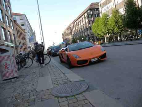 I en stad samsas olika färdmedel. Cykel och Lamborghini på Östra Hamngatan måndag 26 augusti 2013 kl 18:09.