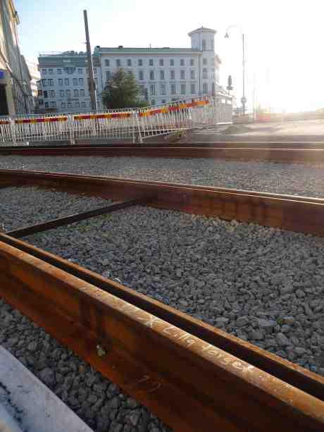 Något har rälsen här vid korsningen Västra Hamngatan och Södra Hamngatan med Lilla Torget där borta att göra. Söndag 21 juli 2013 kl 20:21.
