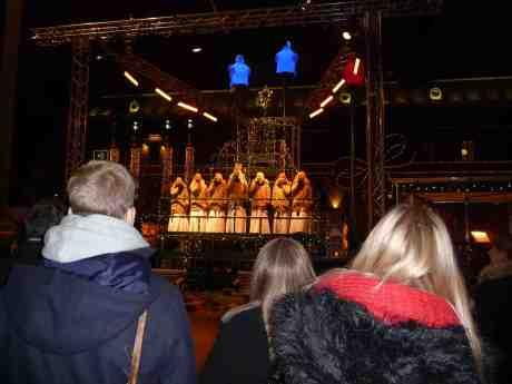 Luciorna i Den Sjungande Julgranen på Drottningtorget. Onsdag 11 december 2013 kl 17:40.