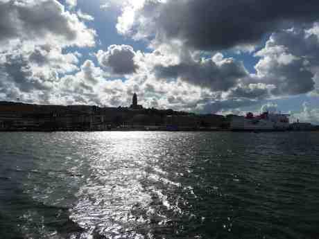 Masthuggskyrkan med hösthimmel, havsglitter och Stena Jutlandica. Torsdag 29 september 2013 kl 14:38:
