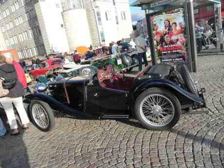 Kramgoaste bilgodiset på Lilla Bommens Torg beundras av skådisar i Älv-Snabbens väntkur. MG PB 1936 på onsdagsträffen 14 augusti 2013 kl 18:49.