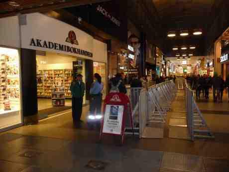 Morrissey väntar invasion på Akademibokhandeln. Nordstan onsdag 16 oktober 2013 kl 19:28.