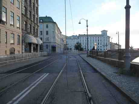 Ny asfalt kring nya rälsen i korsningen Södra Hamngatan och Norra Hamngatan. Måndag 29 juli 2013 kl 19:53.
