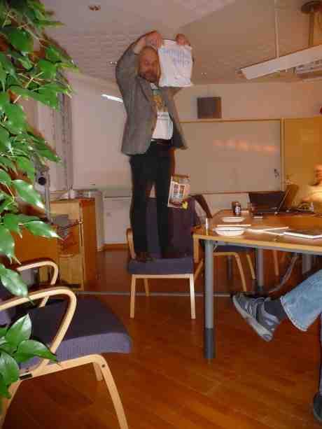 Olle Hagman släpper sin nya bok på A-Script Förlag: Väggar av ved. En bok om kubbhusens historia och möjligheter. Campus Haga tisdag 3 december 2013 kl 19:05.