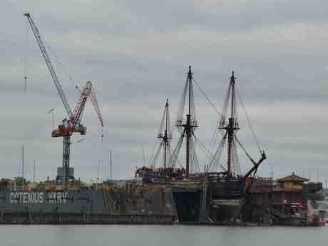 Kinabåtar sida vid sida. Ostindiefararen Götheborg i Gotenius flytdocka och självflytande Drakskeppet  vid Ringön. Från Gullbergskajen söndag 13 oktober 2013 kl 14:53.