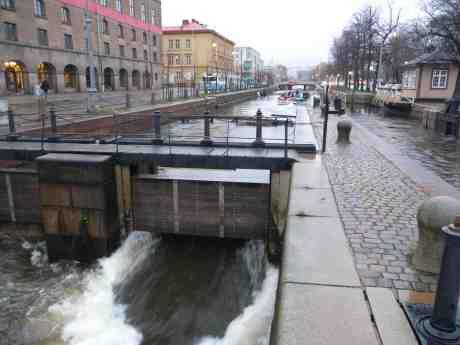 Paddan har passerat Slussen på sin Vintersolståndsfärd uppför Fattighusån och Mölndalsån till Liseberg. Lördag 21 december 2013 kl 14:49.