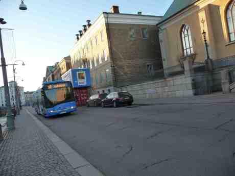 Till Stadshus ombyggda Rådhuset speglat i buss 50. Norra Hamngatan söndag 17 november 2013 kl 14:48.