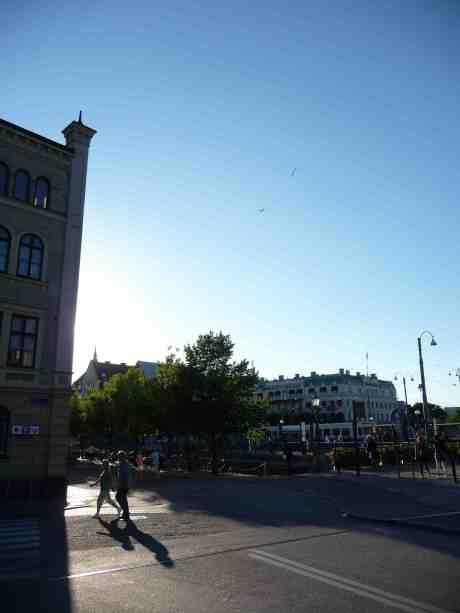 Reklamflygsläp över Drottningtorget. Fredag 9 augusti 2013 kl 19:27.