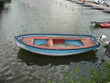 Roddbåt på besök i innersta hörnet av Lilla Bommens hamn. Tisdag 6 augusti 2013 kl 19.00.