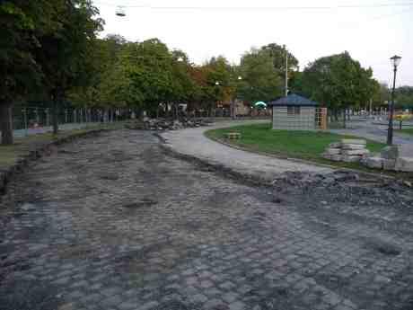 Södra Vägens  outslitliga och perfekt lagda gatsten har äntligen grävts upp. Får den ligga kvar? Södra Vägens anslutning till Kungsportsavenyen och Kungsportsbron torsdag 6 september 2013 kl 20:03.
