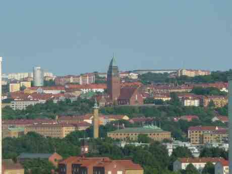 Sjöfartstornet, Masthuggskyrkan och Guldhedens norra vattentornsstudenthem. Fredag 12 juli 2013 kl 19:19.