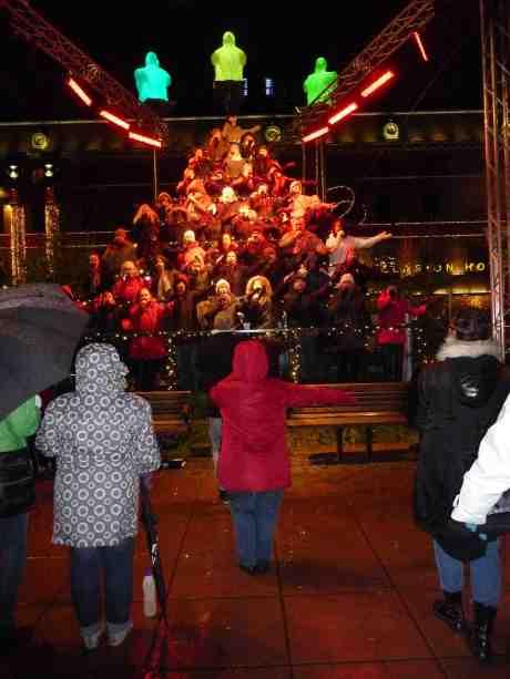 Sjungande Julgranen på Drottningtorget. Torsdag 5 december 2013 kl 18:53.
