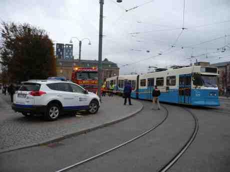 Spårvagn 329 Kurt Olsson med boggiproblem. Drottningtorget, måndag 14 oktober 201 kl 16:42.