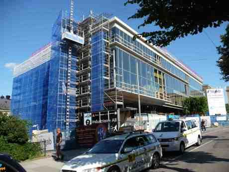 Tillbyggda Stadsbiblioteket med ny glasfasad. Vad ska döljas bakom den? För böcker är ju inte inne i vår tid. Torsdag 11 juli 2013 kl 17:19.