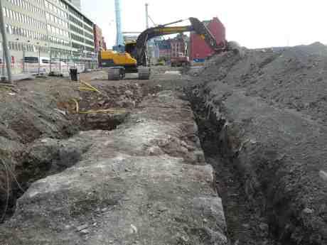 Göteborgs stadsmur från 1600-talet ligger kvar mellan Skeppsbron och Stora Badhusgatan där Keillers Mekaniska Verkstad en gång låg. Torsdag 12 september 2013 kl 18:16.
