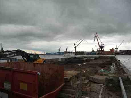 Finns det någon botten i Stenpiren? I bakgrunden Skarven och Coast Guard 001 Poseidon. Fredag 30 augusti 2013 kl 16:52.