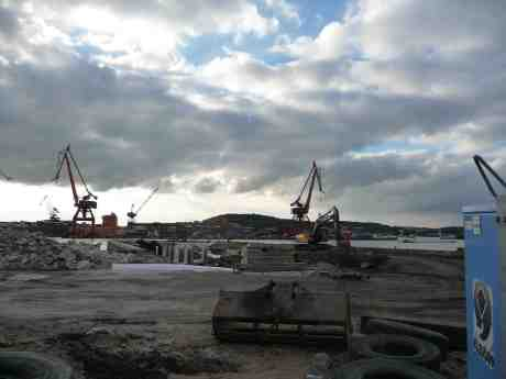 Stenpiren under ombyggnad och  S:t Erik som möter motorbåt. Torsdag 5 september 2013 kl 18:15.