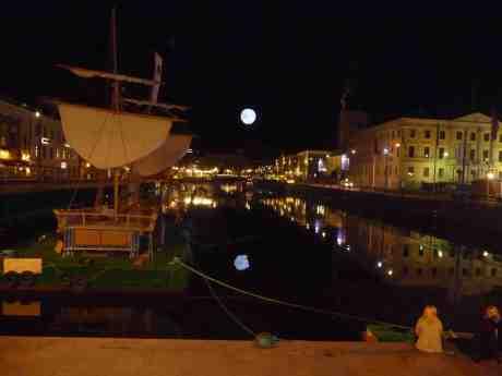 Som en stor måne lyser ballongen med reklam för Göteborg 400 år 1621–2021över Stora Hamnkanalen. Fredag 16 augusti 2013 kl 0:05.