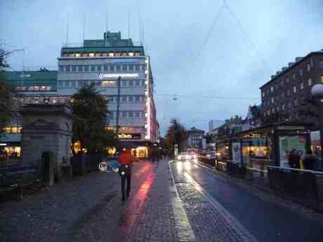 Paraply, mörker och sju grader vid Ströms. På söndag kommer vintertid. Västra Hamngatan måndag 21 oktober 2013 kl 17:50.