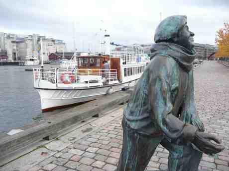 Svea af Bohuslän besöker Evert Taube på Jussi Björlings Plats. Lilla Bommens hamn söndag 27 oktober 2013 kl 14:44, med vintertid införd.