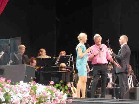Sven-Bertil Taube gjorde succé på Liseberg som vanligt! Här i duett med Åsa Fång. Söndag 18 augusti 2013 kl 18:12.