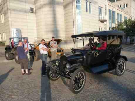T-Ford 1923 och Willys Jeep 1961 med moderna monsterhjul möts på Lilla Bommens Torg. Onsdag 24 juli 2013 kl 20:02.