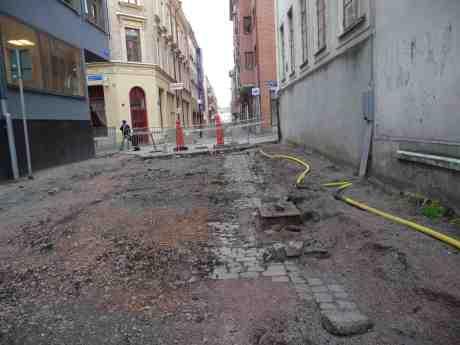 Under den bortrivna dyra miljöförstörande asfalten döljer sig en vacker gammal gatstensgata av hugget naturberg som håller i evighet. Torggatan söndag 11 augusti 2013 kl 19:57