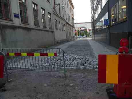 Ovanpå den vackra gamla gatstensgatan ligger en ny gatstensgata. Vad var det för fel på den gamla? Varför ligger det två gatstensgator ovanpå varandra? Om den gamla inte var helt komplett så var det väl bara att laga den?