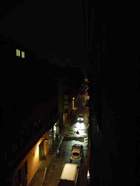 Två par fyrkantiga gula kattögon i natten betraktar polis och väktare på Kronhusgatan som kommit till undsättning när United Fashion på Torggatan haft inbrott.för femtielfte gången. Lördag 26 oktober 2013 kl 03:31.