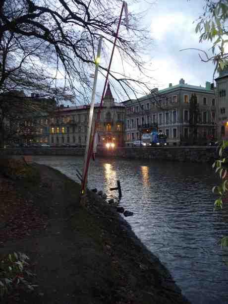 Vallgravsänder på rad i Trädgårdsföreningen. Tisdag 29 oktober 2013 kl 16:40.