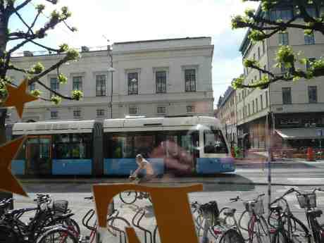 Harry Perssons spårvagn passerar Café  Festival. Lustigt nog ser Harry på under en paus i spelningen! Måndag 19 maj 2014 kl 15:47.