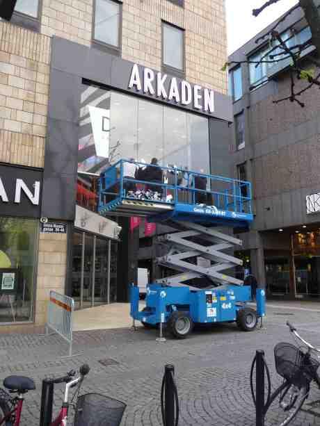 Om inget annat händer på stan så kan man ju alltid lifta till Arkaden och fönstershoppa. Söndag 11 maj 2014 kl 20:09.