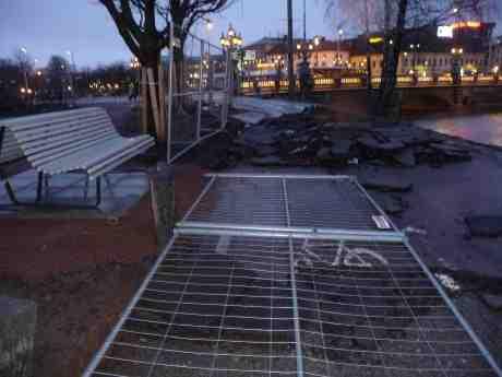 Asfaltssjok på Gamla Allén vid Bältespännarparken. Varför all denna asfalt i lager på lager?  Söndag 16 februari 2014 kl 17:25.