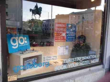 Barnens Flyghelg i Göteborgs Turistbyrås skyltfönster med Kopparmärras spegelbild. Kungsportsplatsen måndag 10 mars 2014 kl 17:42.