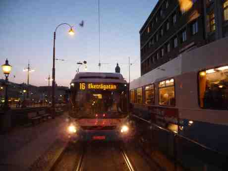 Buss 19 Brunnsparken med destination Eketrägatan på Hisingen.  Tisdag 25 februari 2014 kl 17:59.