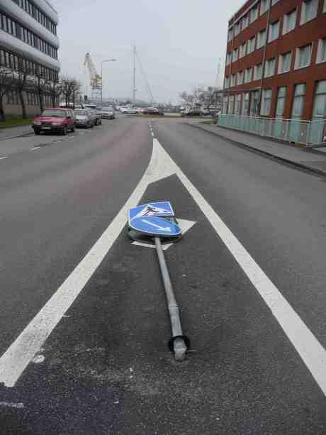 Överkörd skylt på Gullbergs Strandgata vid Kilsgatan. Fredag 7 mars 2014 kl 16:03.