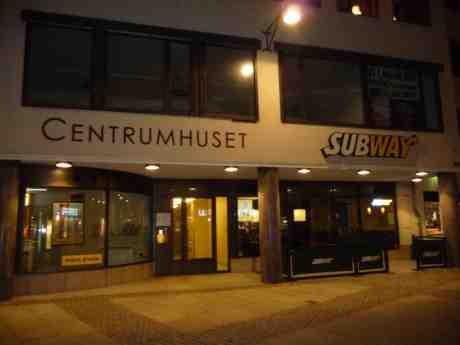 Centrumkiosken borta från Centrumhuset och ersatt med Subway. Kungsportsplatsen fredag 21 februari 2014 kl 23:14.