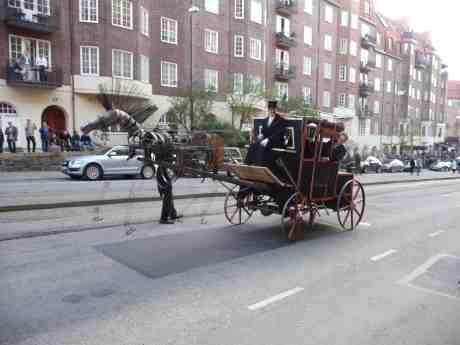 Chalmeristcortègens stålhäst med dom gracila benen drar diligensen upp för Aschebergsgatan. Valborgsmässoafton lördag 30 april 2014 kl 19:59.