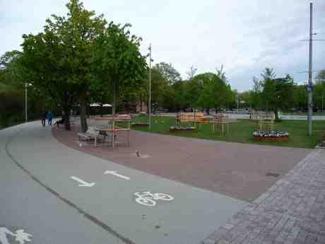 Cykelbana genom Bältespännarparken! Vad politikerna än genomför i Göteborg så blir det fel. Inte nog med att Stadsbiblioteket vandaliserats, nu har knäppskallarna behållit cykelbanan genom Bältespännarparken – trots att det inte är längre att köra runt parken åt andra hållet på cykelbanan i Nya Allén och på Kungsportsavenyen! Bältespännarparken skulle ju göras om till en lockande yttre entré till Trädgårdsföreningen, inte minst för barn. Så blir dom överkörda av cyklar! Varför, varför, varför saknas tankeförmåga i Göteborg? Lördag 10 maj 2014 kl 18:38.