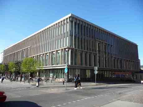 Stadsbibliotekets hörne mot Poseidon där Bibliotekscaféet borde ligga. Snart har jag argumenterat för detta i 50 år och lär få fortsätta. Lördag 26 april 2014 kl 18:03.